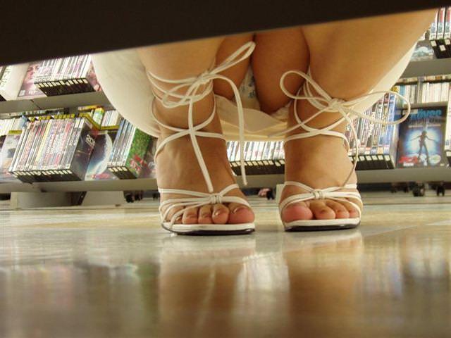 レンタルショップはパンチラ天国www棚の下から素人娘のパンチラ見放題www 2155