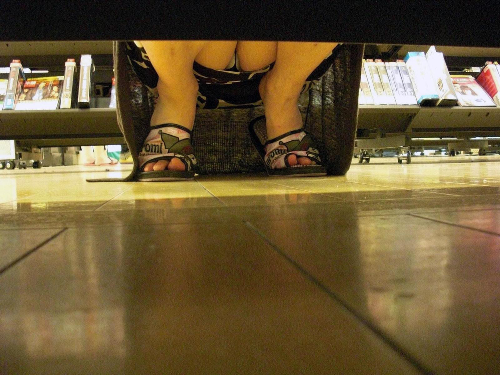 レンタルショップはパンチラ天国www棚の下から素人娘のパンチラ見放題www 2156