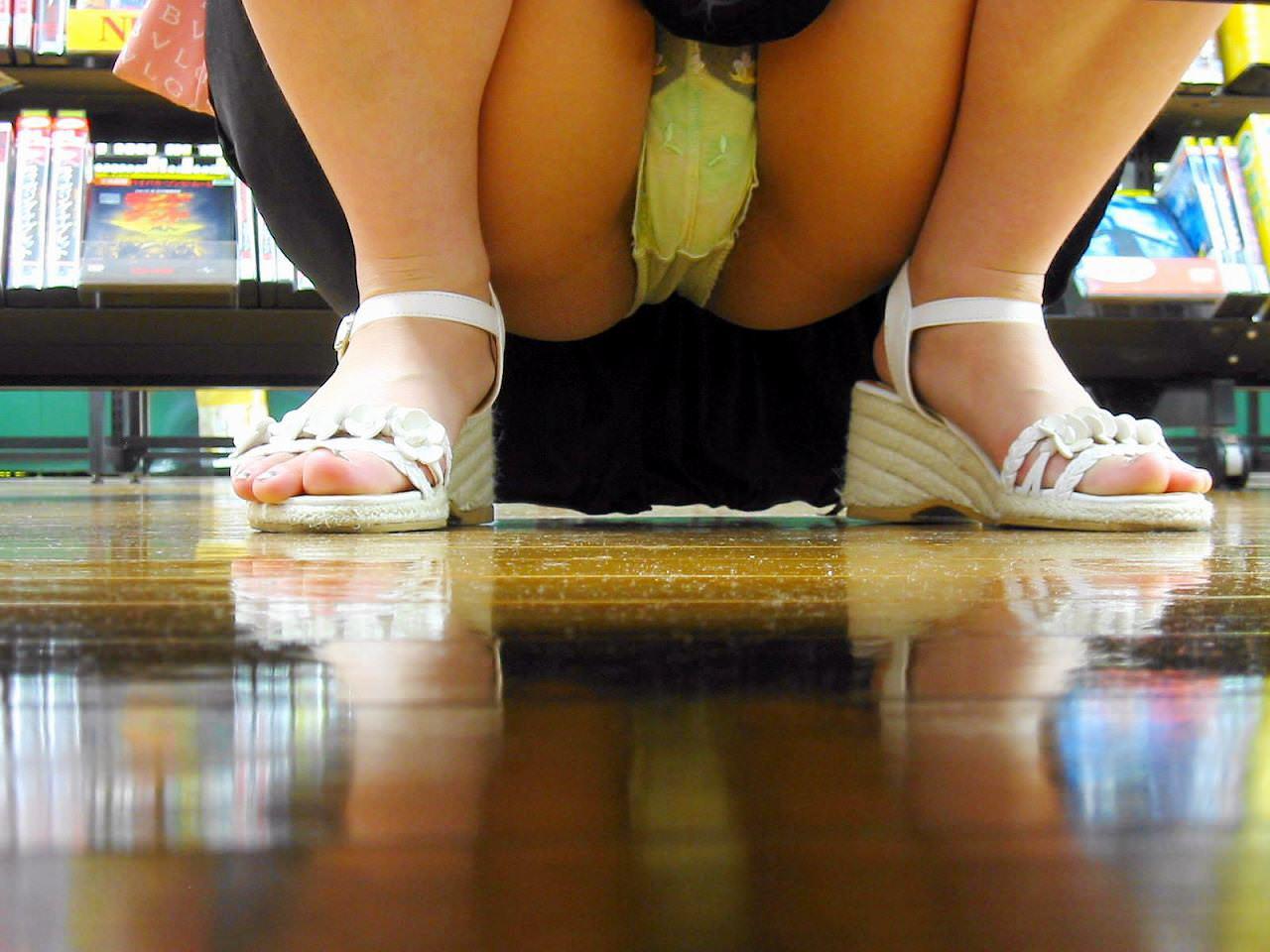 レンタルショップはパンチラ天国www棚の下から素人娘のパンチラ見放題www 2170