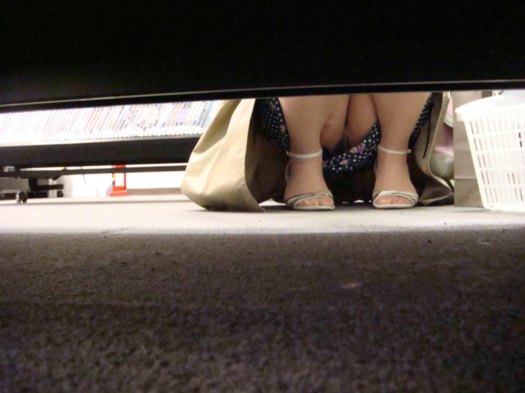 レンタルショップはパンチラ天国www棚の下から素人娘のパンチラ見放題www 2171