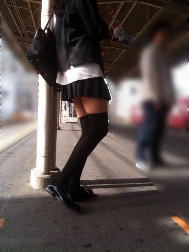 絶対領域の太もも晒す素人娘の街撮り画像wwwwwww 3013