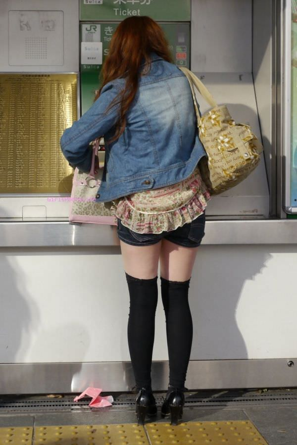 絶対領域の太もも晒す素人娘の街撮り画像wwwwwww 3022