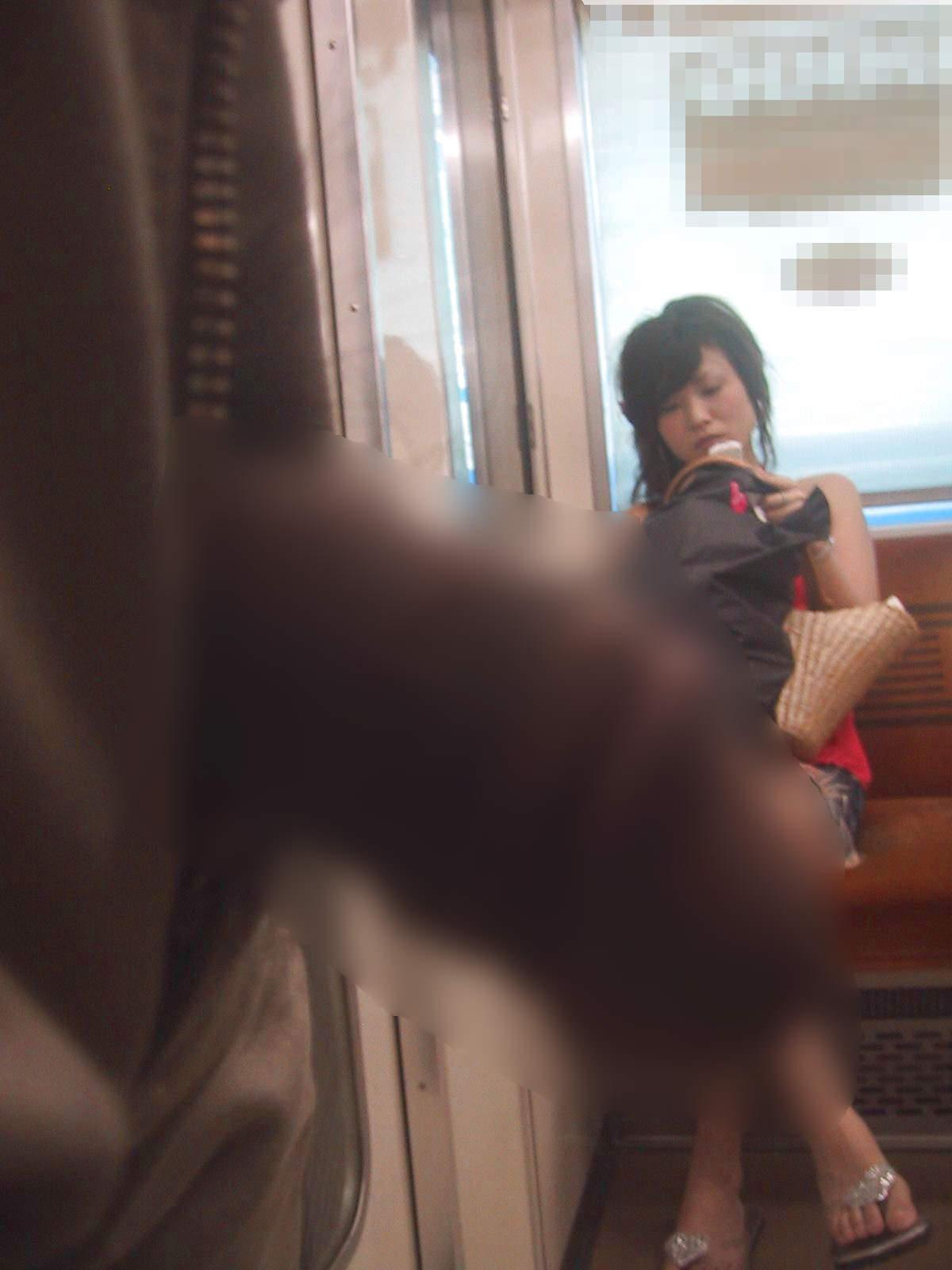 電車でちんこ出して痴漢するガチでヤバい奴現るwwwwwwwwww 0660