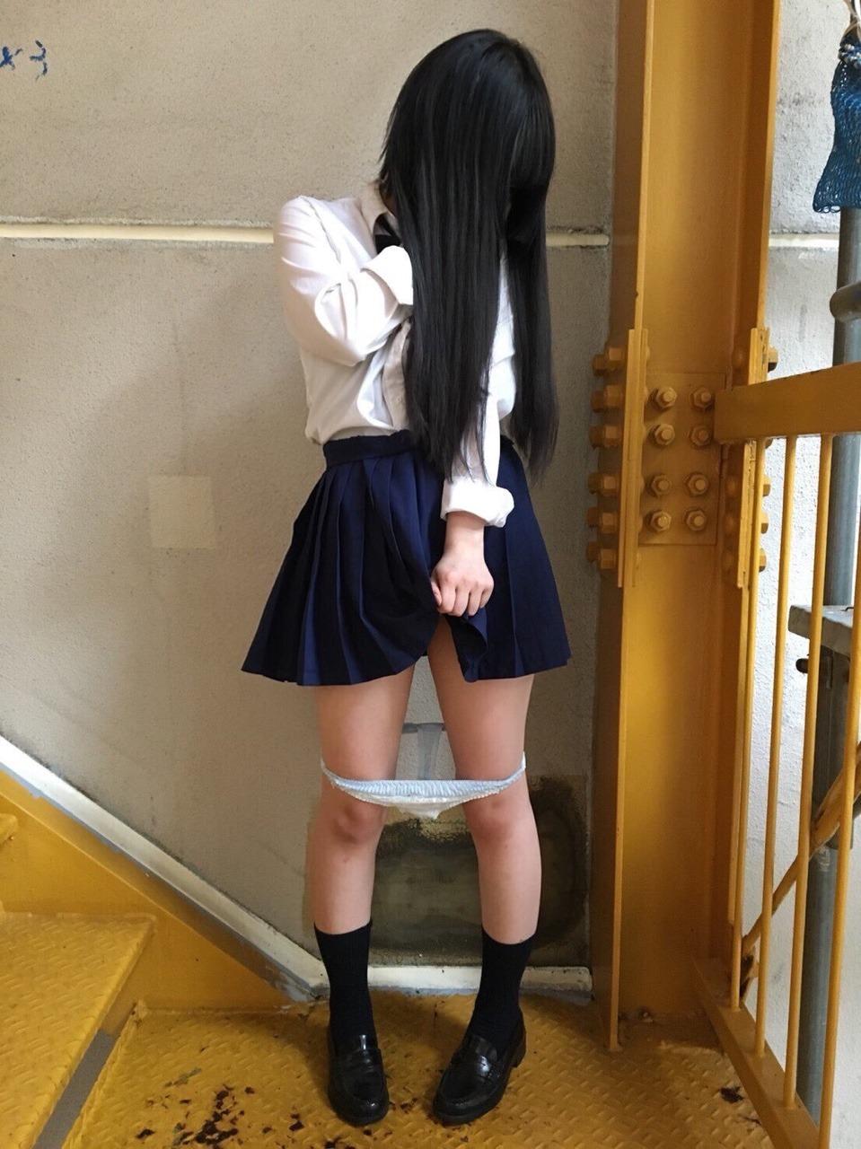 こんな寒い中ミニスカートで太もも・パンツを晒すJKさんwwwwwwwwwww 66Gi5lV