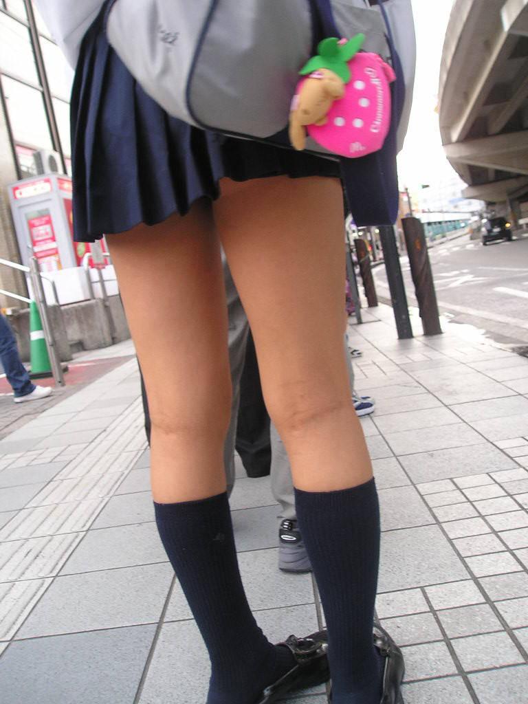 こんな寒い中ミニスカートで太もも・パンツを晒すJKさんwwwwwwwwwww DTgs3B1