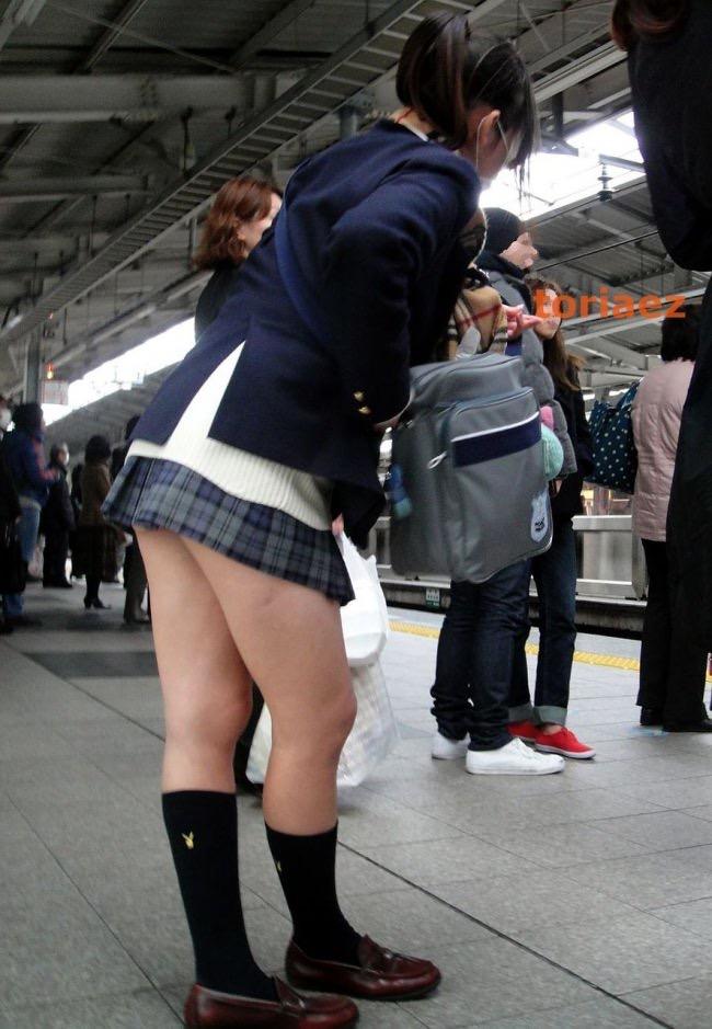 スクール水着の女子中学生が膝裏から太ももの裏側って超そそる画像