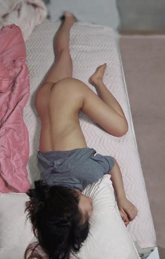 セックスに疲れてぐったり就寝中の彼女をこっそり撮影wwwwwww 0305
