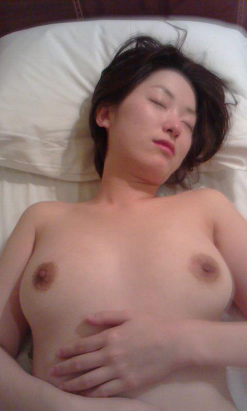 セックスに疲れてぐったり就寝中の彼女をこっそり撮影wwwwwww 0306