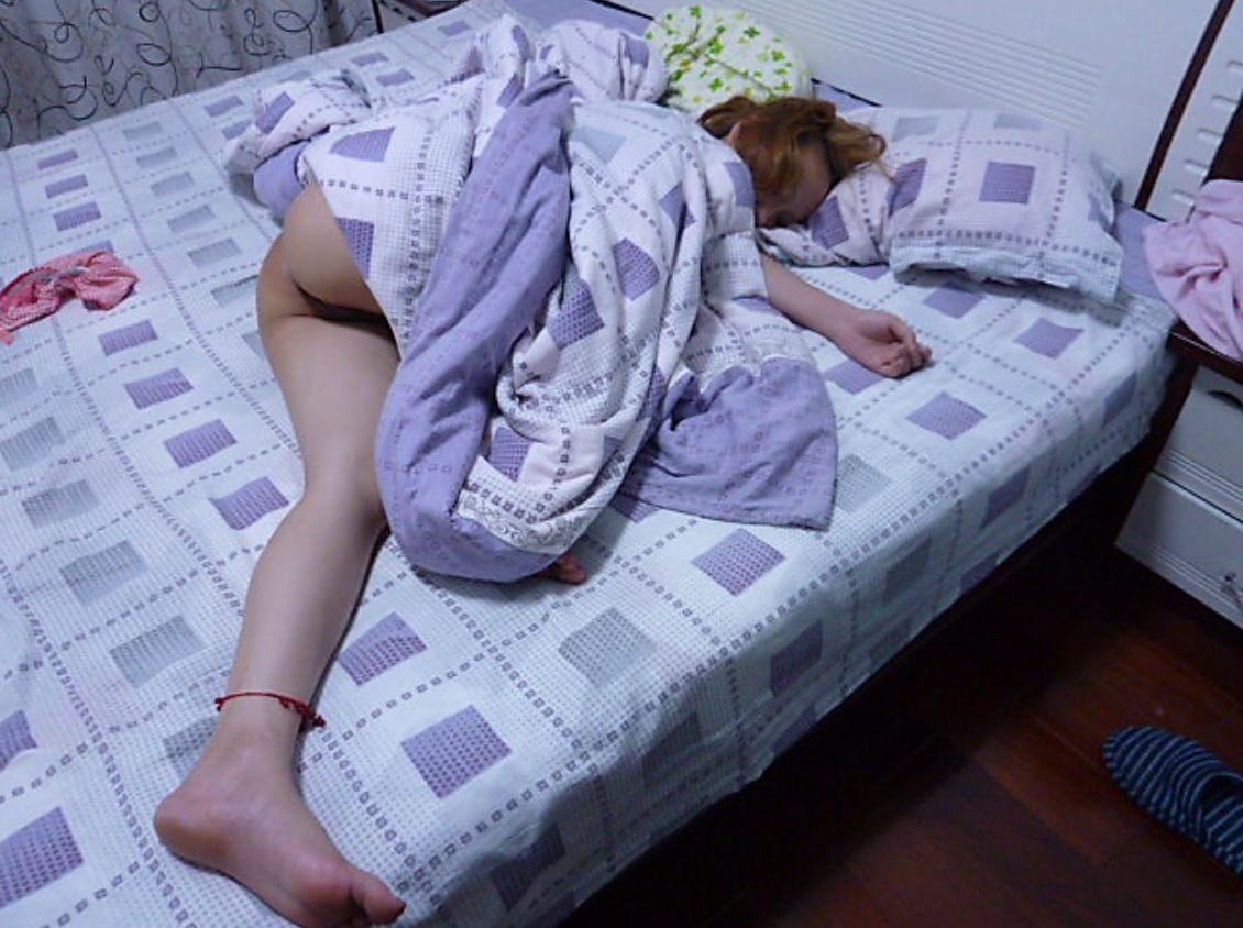 セックスに疲れてぐったり就寝中の彼女をこっそり撮影wwwwwww 0316