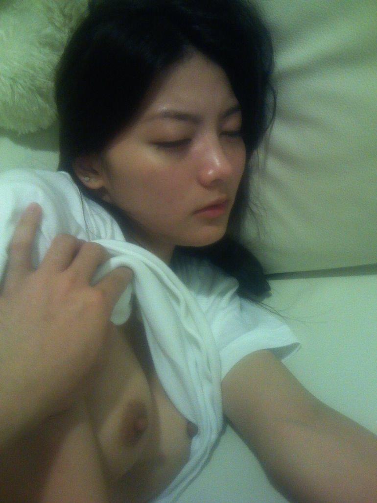 セックスに疲れてぐったり就寝中の彼女をこっそり撮影wwwwwww 0320