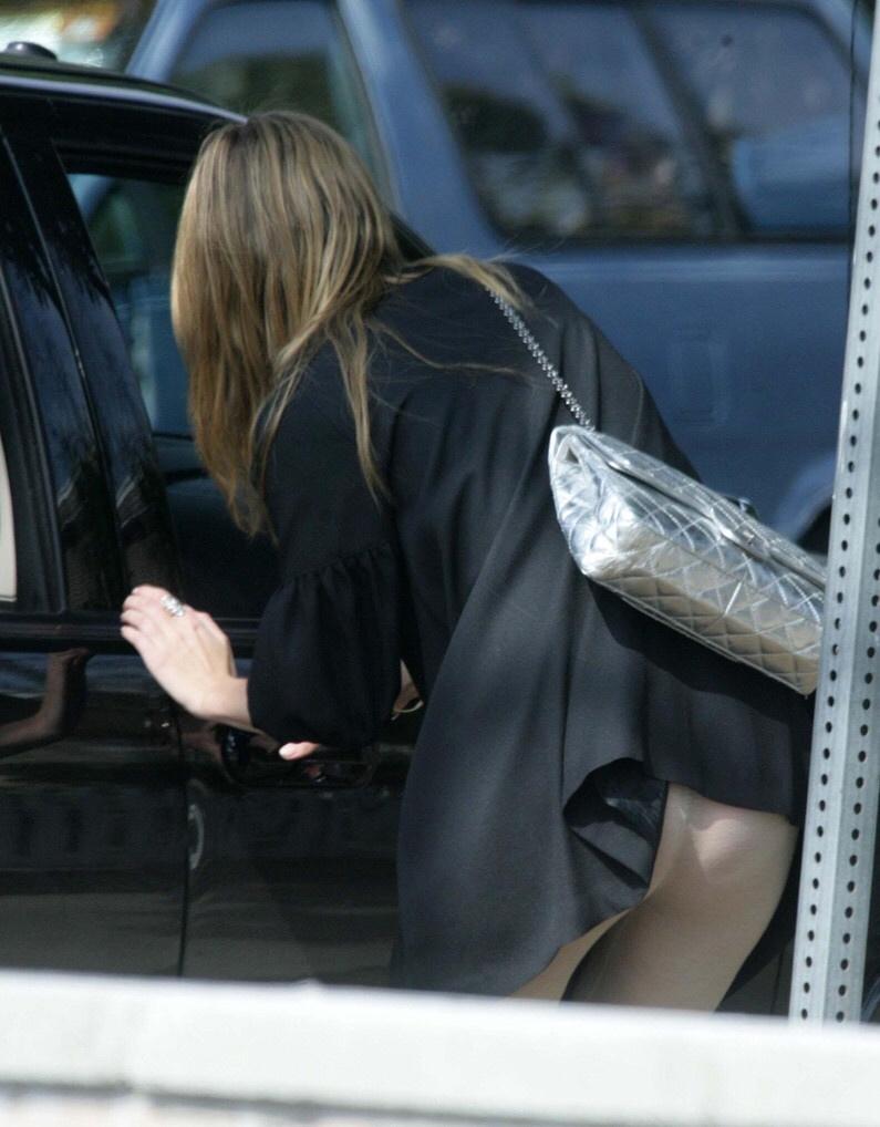 スクールバックでスカートめくれてるJKパンチラ画像wwwwwwwwwww 0rfhZli