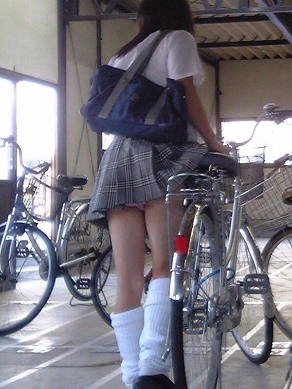 スクールバックでスカートめくれてるJKパンチラ画像wwwwwwwwwww 42Gdbgi