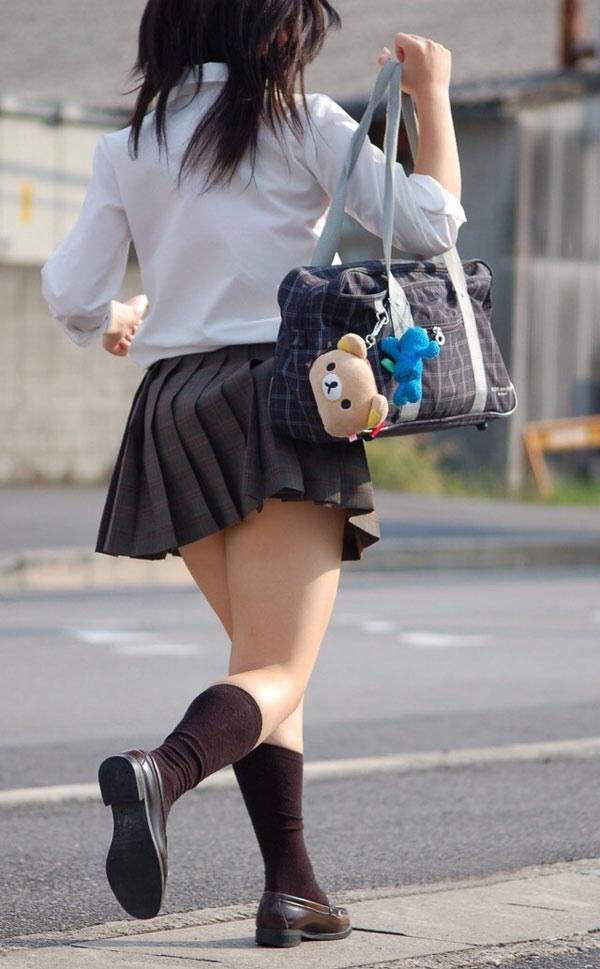 スクールバックでスカートめくれてるJKパンチラ画像wwwwwwwwwww Al1iEbV