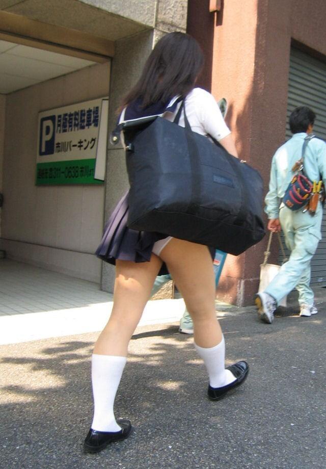 スクールバックでスカートめくれてるJKパンチラ画像wwwwwwwwwww DvKPdqp