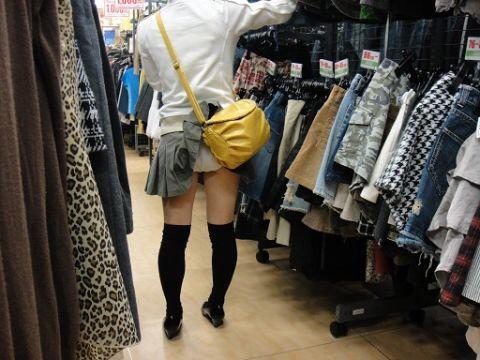 スクールバックでスカートめくれてるJKパンチラ画像wwwwwwwwwww H87lPak