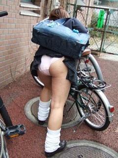 スクールバックでスカートめくれてるJKパンチラ画像wwwwwwwwwww PUVpfNy