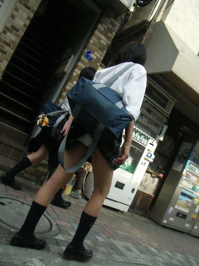 スクールバックでスカートめくれてるJKパンチラ画像wwwwwwwwwww ZldwxJn