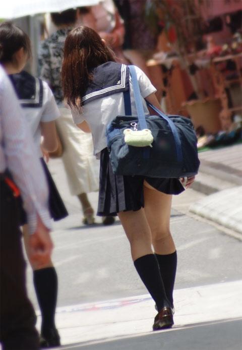 スクールバックでスカートめくれてるJKパンチラ画像wwwwwwwwwww p7jhrYY