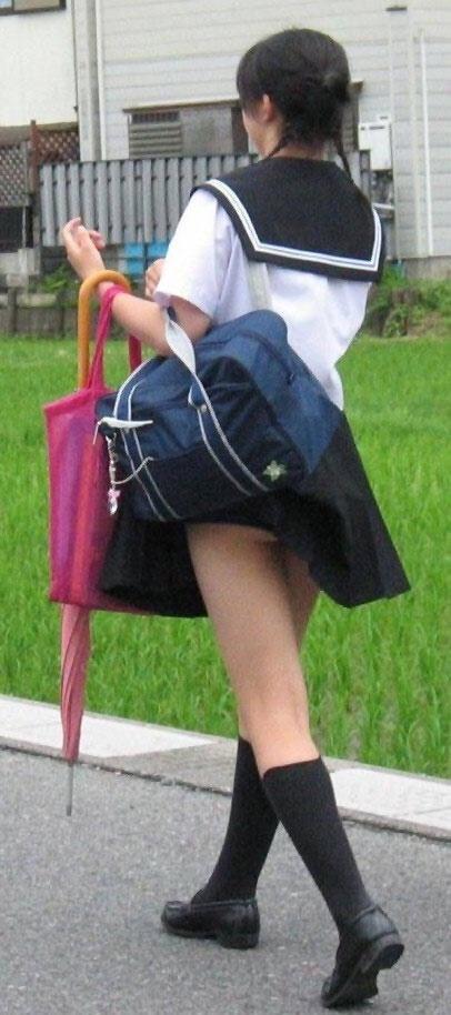 スクールバックでスカートめくれてるJKパンチラ画像wwwwwwwwwww yZjFjcy