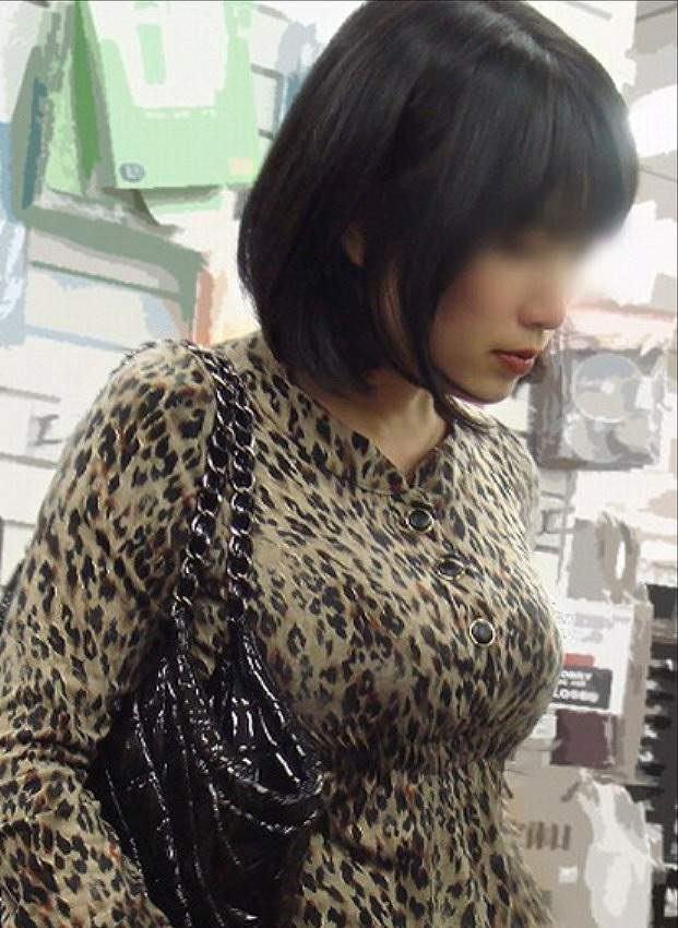 洋服がはち切れんばかりの着衣おっぱいwwwデカすぎて最高にエロいwww 0810