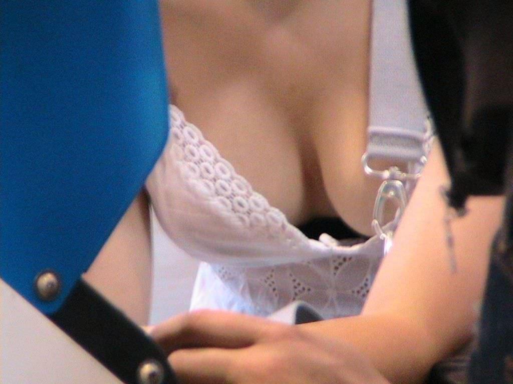 こういうので良いんだよ!!おっぱいの胸元を盗撮した街撮り胸チラエロ画像!!! 1637