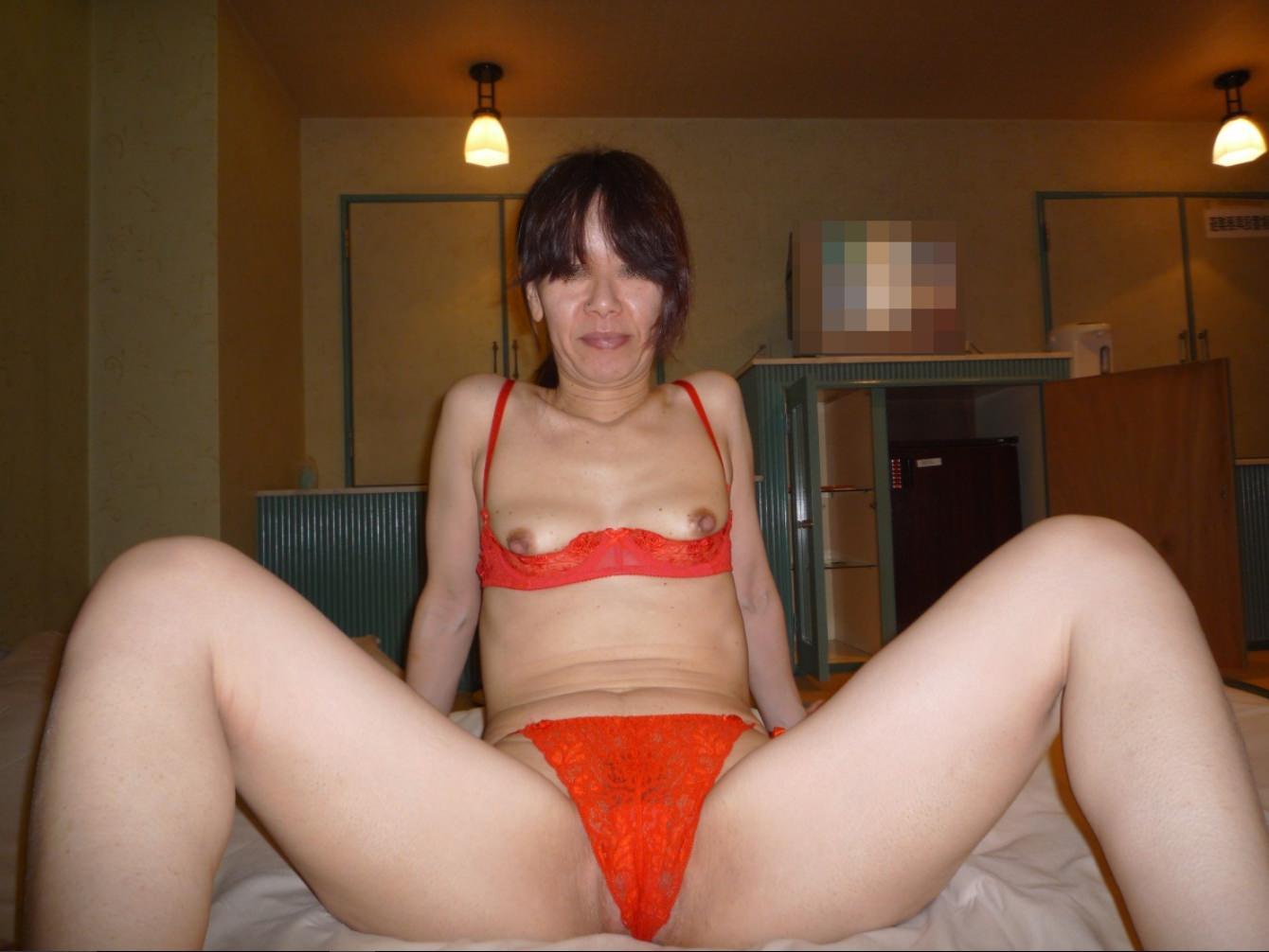 熟女のスケスケな下着に黒い乳首が透けてるエロ画像 0725