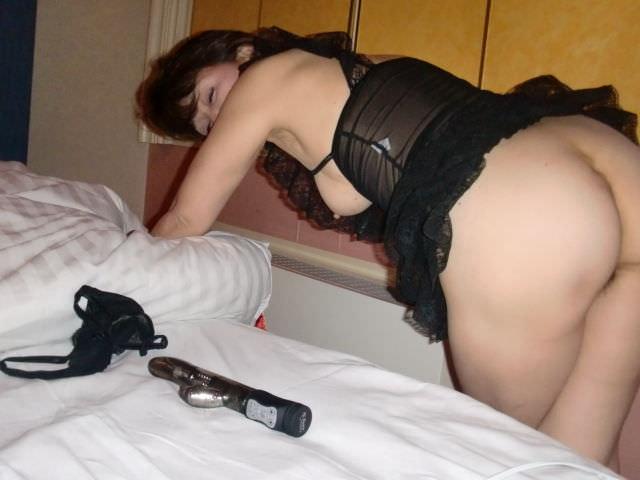 熟女のスケスケな下着に黒い乳首が透けてるエロ画像 0732
