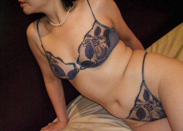 熟女のスケスケな下着に黒い乳首が透けてるエロ画像 0737