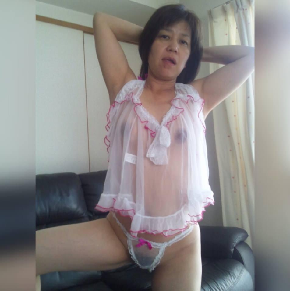 熟女のスケスケな下着に黒い乳首が透けてるエロ画像 0740