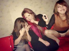 カラオケで弾けるスケベ女子のおっぱいにパンツに丸出し画像!!!!!!!!!