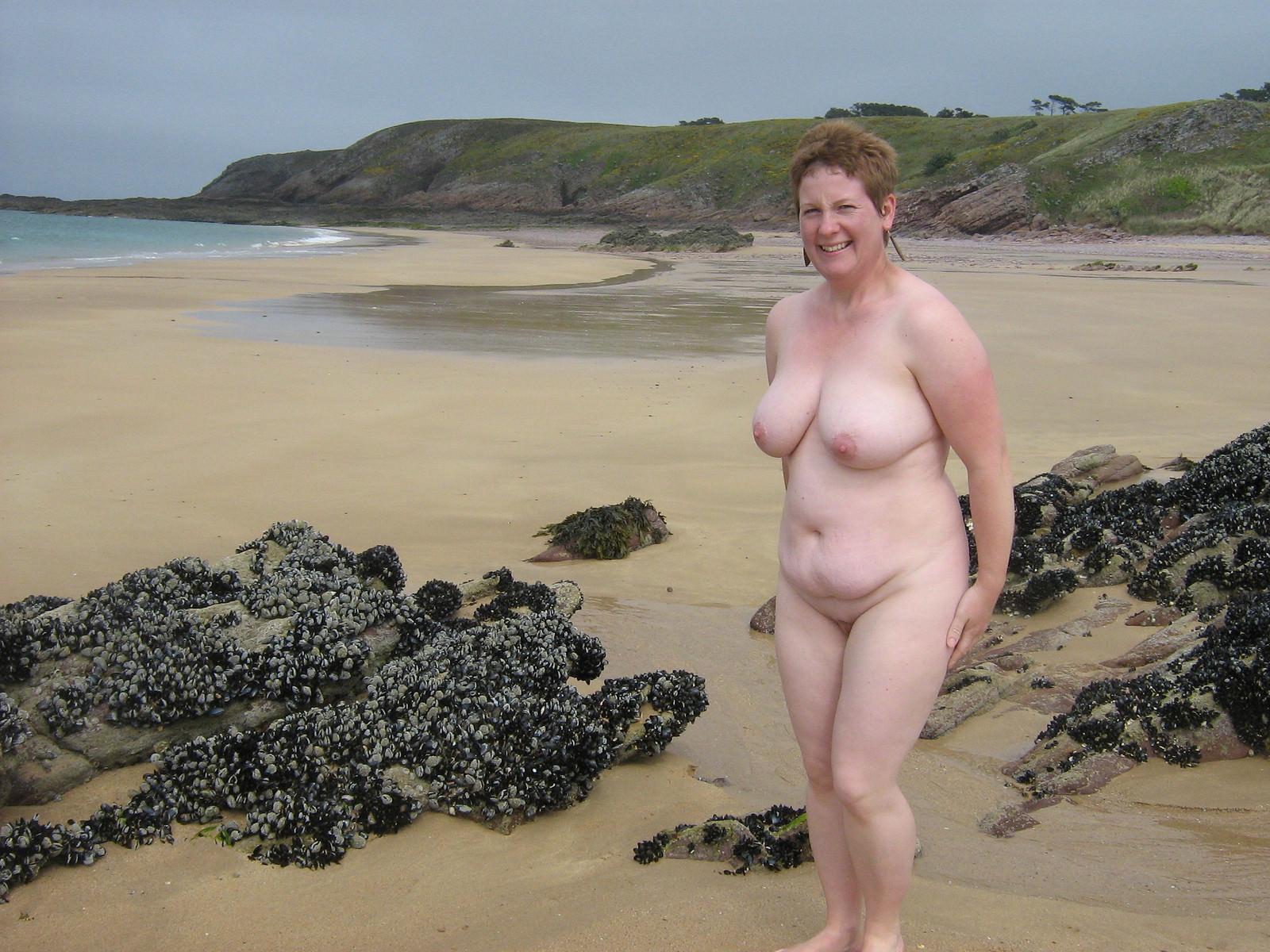 Толстые и голые на пляже — 12