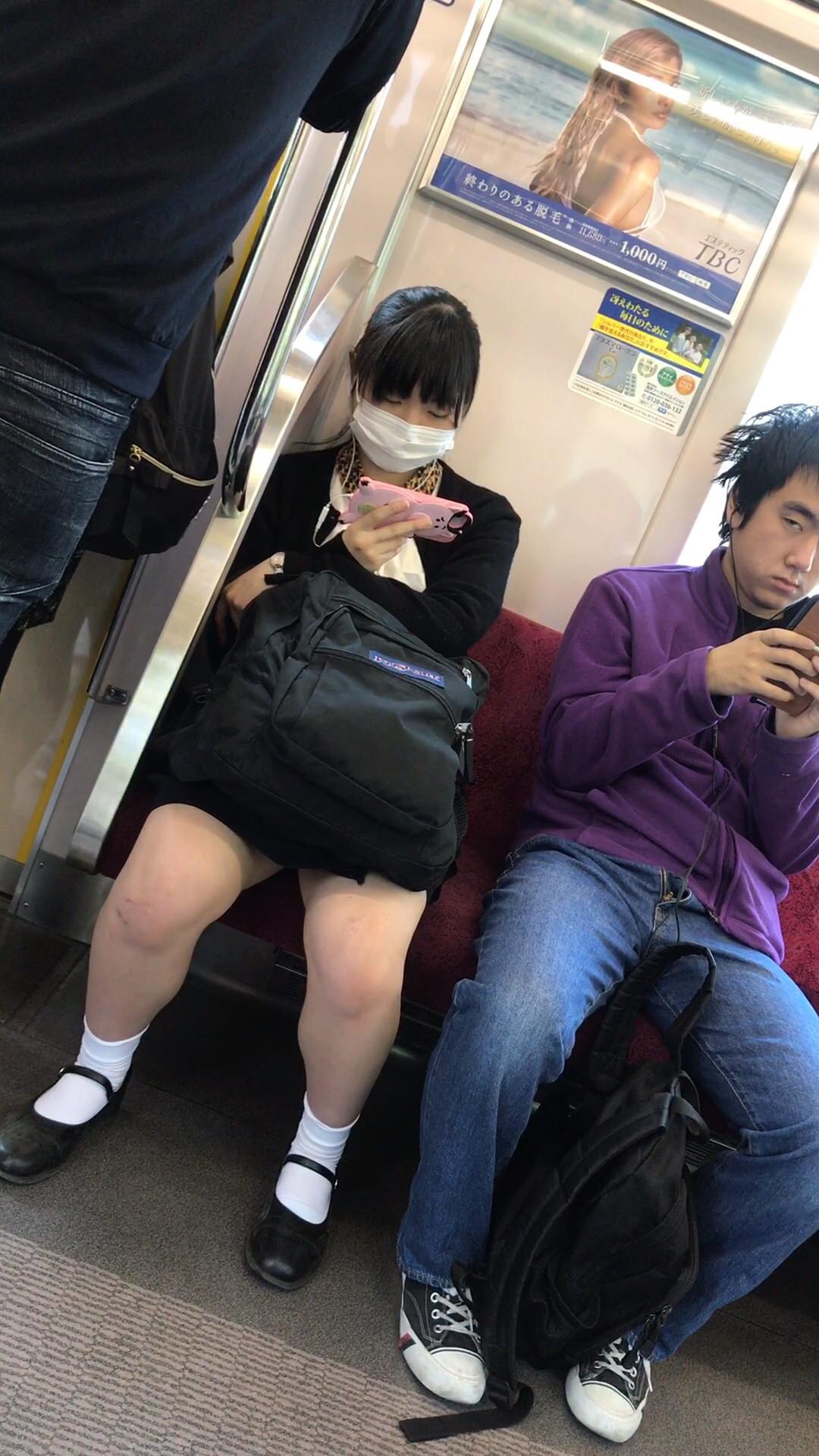 電車の座席にパンツ擦れてるJK画像wwwwwwwwwww 4jxGBpb
