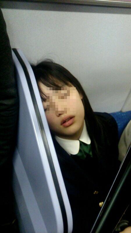 電車の座席にパンツ擦れてるJK画像wwwwwwwwwww 89Qg6H4
