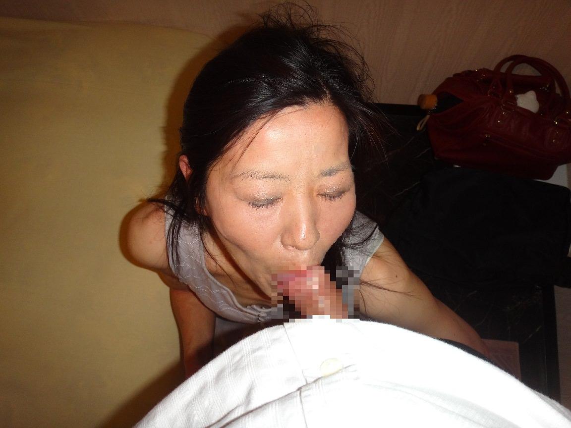 卓越した舌を使った人妻のねっとりフェラ画像 2410