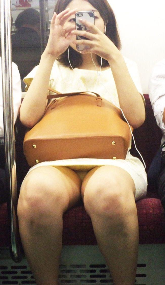 【パンチラ】ヤベェー!!!電車乗ってたら前に座る女のパンツ見えちまったーwww 7s196Q2
