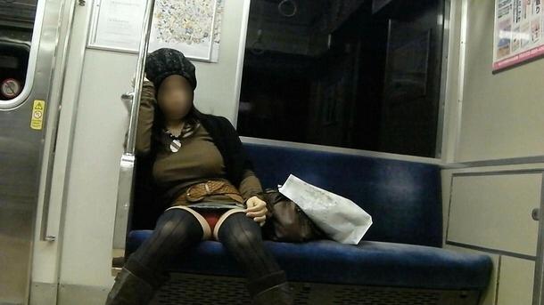 【パンチラ】ヤベェー!!!電車乗ってたら前に座る女のパンツ見えちまったーwww C8Zs5L6