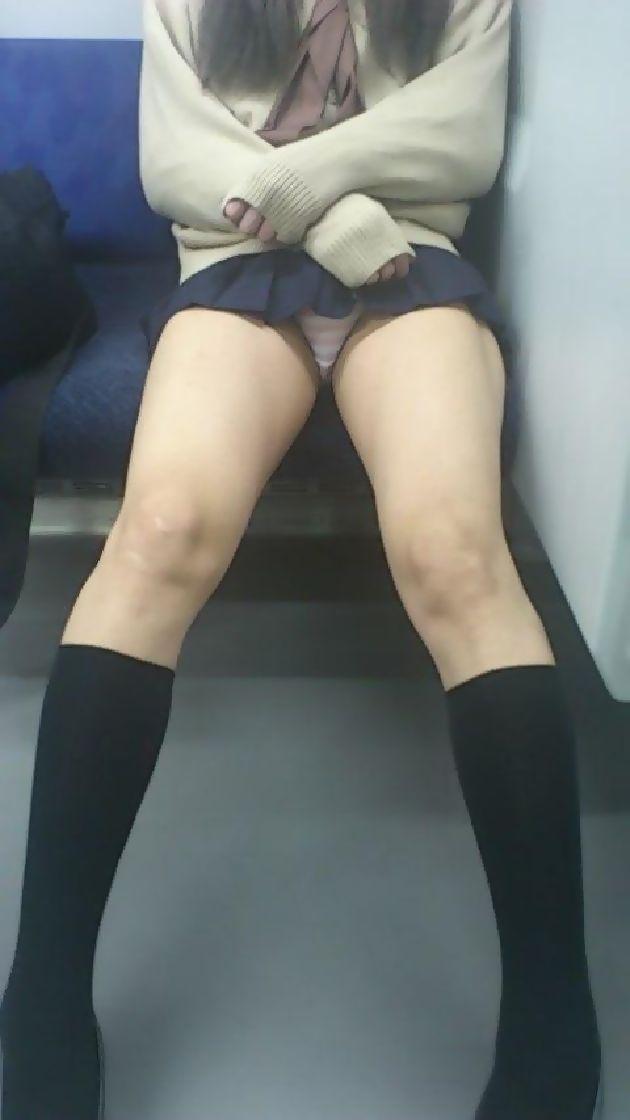 【パンチラ】ヤベェー!!!電車乗ってたら前に座る女のパンツ見えちまったーwww KMj6amw