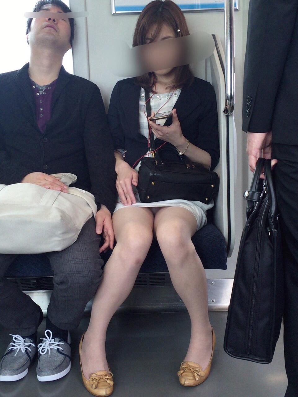 【パンチラ】ヤベェー!!!電車乗ってたら前に座る女のパンツ見えちまったーwww LAw7AX6