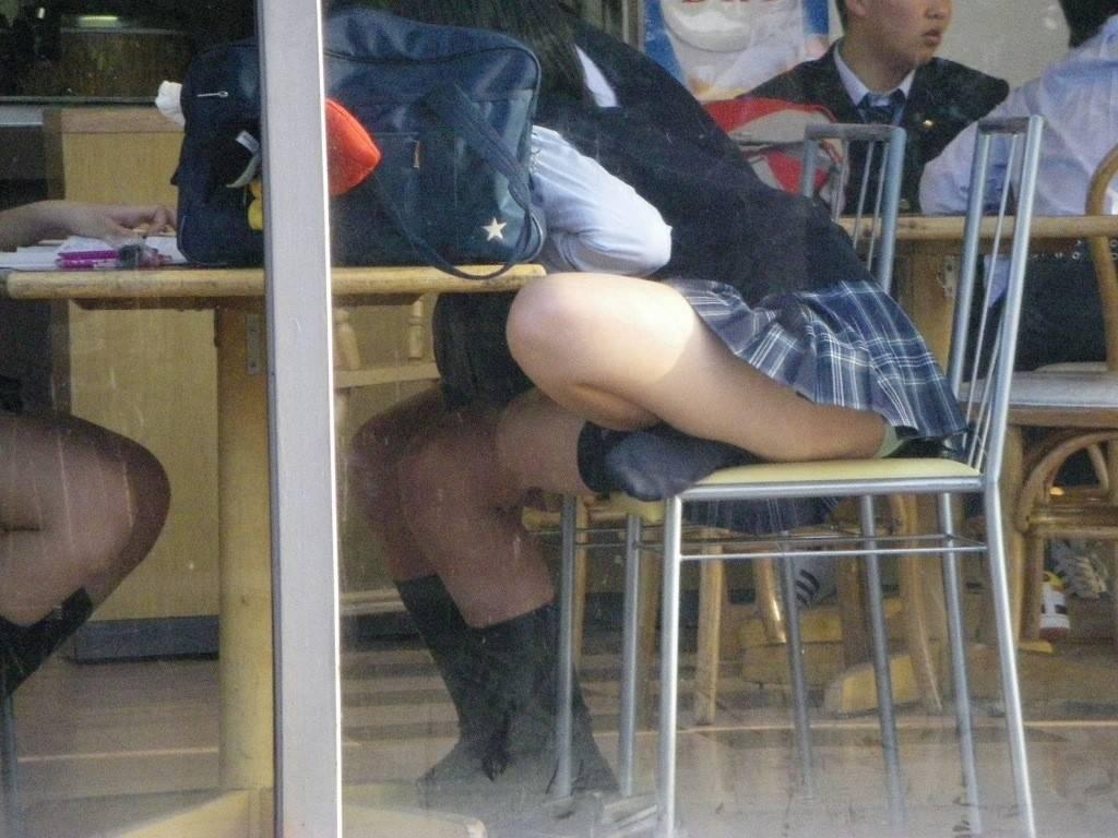 日焼けした高校生がパンティを逆さ撮りで観察の画像