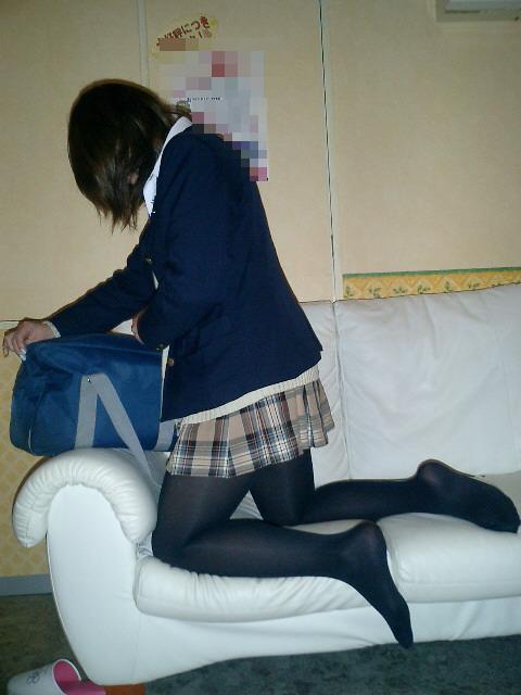 紺セーラーの校生が睡眠中の美少女に悪戯する様子を撮影した画像