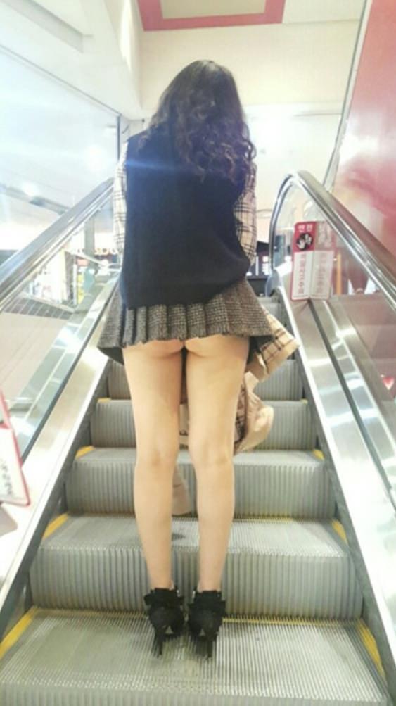 ミニスカ過ぎてお尻見えちゃってるぅーwwwお姉さんの街撮りパンチラ画像!!!! 0319