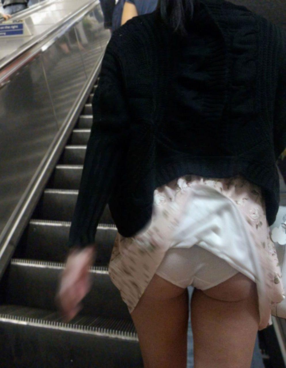 ミニスカ過ぎてお尻見えちゃってるぅーwwwお姉さんの街撮りパンチラ画像!!!! 0325