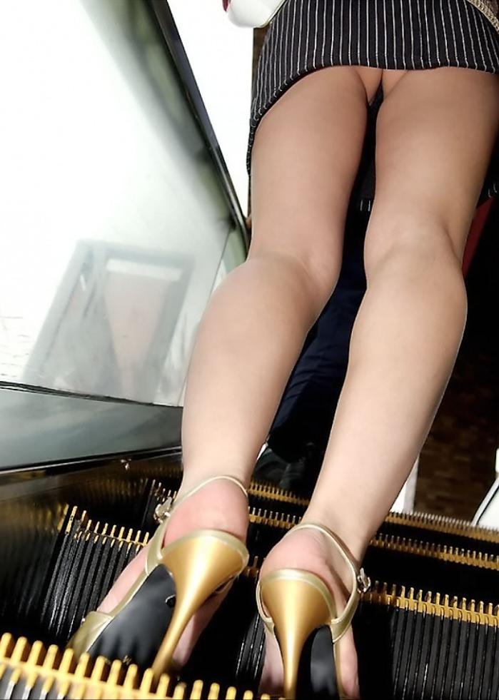 ミニスカ過ぎてお尻見えちゃってるぅーwwwお姉さんの街撮りパンチラ画像!!!! 0335