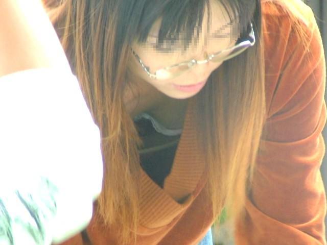 人妻の胸チラ画像最高ー!!!子供に夢中で谷間見られてるの気づいてないぞぉーwww 1151