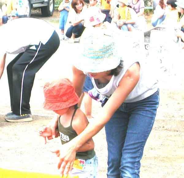 人妻の胸チラ画像最高ー!!!子供に夢中で谷間見られてるの気づいてないぞぉーwww 1164