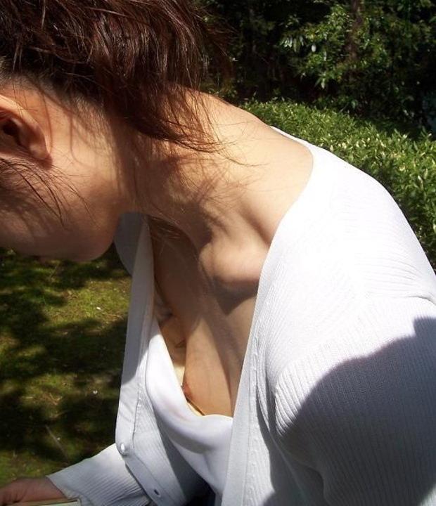 人妻の胸チラ画像最高ー!!!子供に夢中で谷間見られてるの気づいてないぞぉーwww 1171