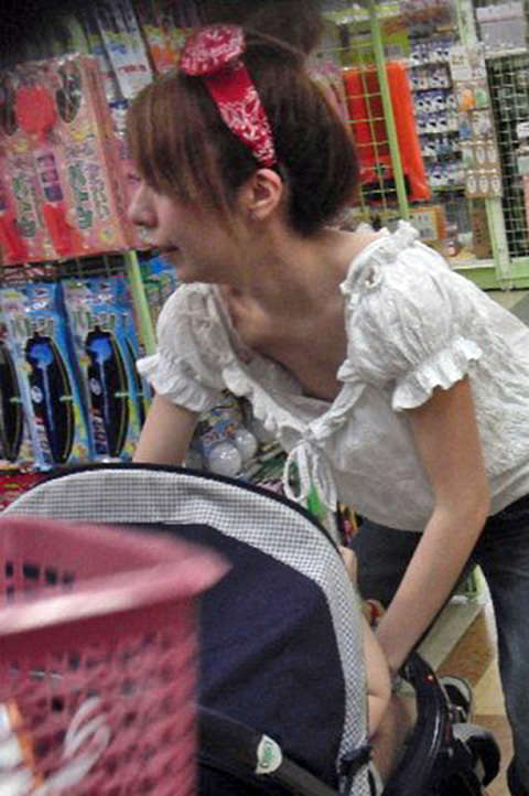 人妻の胸チラ画像最高ー!!!子供に夢中で谷間見られてるの気づいてないぞぉーwww 1178