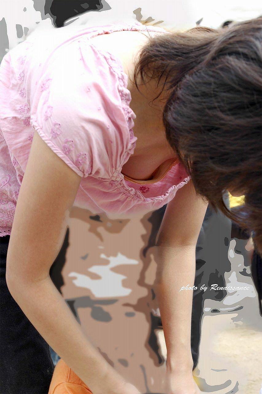 人妻の胸チラ画像最高ー!!!子供に夢中で谷間見られてるの気づいてないぞぉーwww 1181