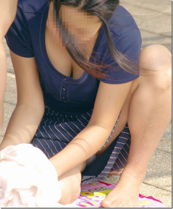 人妻の胸チラ画像最高ー!!!子供に夢中で谷間見られてるの気づいてないぞぉーwww 1184