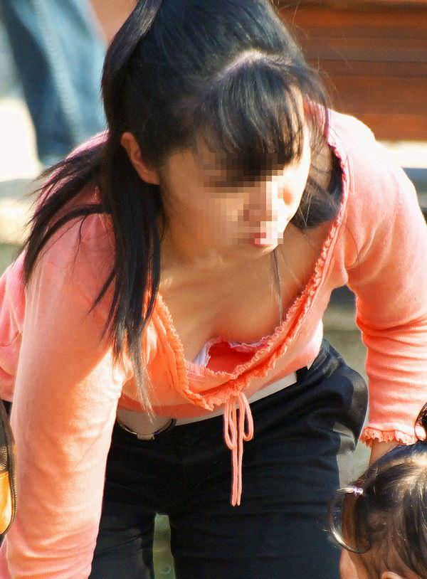 人妻の胸チラ画像最高ー!!!子供に夢中で谷間見られてるの気づいてないぞぉーwww 1186